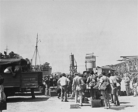 Jüdische DPs warten im Hafen von Neapel auf die Überfahrt nach Erez Israel