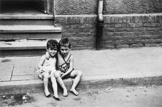 Der vierjährige Salomon Korn (r.) und sein Cousin Leo im August 1947 in Zeilsheim