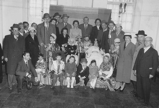 Eltern und Kinder feiern Purim im Gemeindezentrum Augsburg (1957)