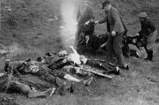 Auf Anweisung der US-Militärs exhumieren Bürger aus Schwarzenfeld erschossene Juden des Todesmarsches