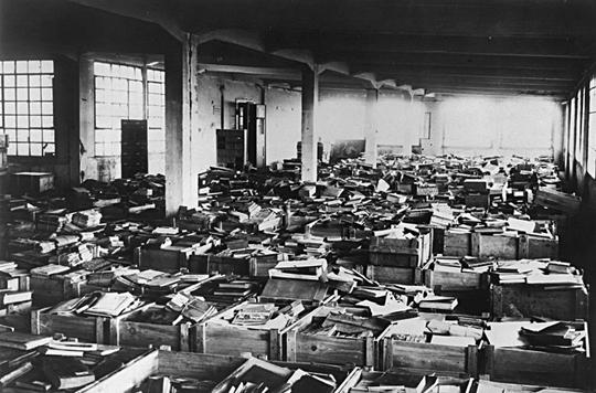 Tausende von unsortierten Büchern jüdischer Provenienz