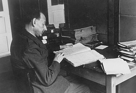 Gershom Scholem von der Hebräischen Universität Jerusalem begutachtet und identifiziert geraubte Bücher