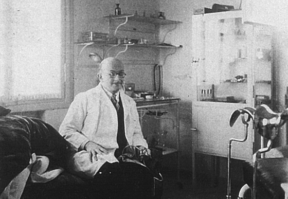 Dr. Franz Karl Meyer-Brodnitz in seiner Praxis in Haifa (ca. 1936), Foto: © Michael Meyer-Brodnitz