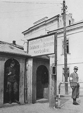 """Eingang zum Ghetto in Stanislawow: """"Jüdischer Wohnbezirk. Befahren und Betreten verboten!"""""""
