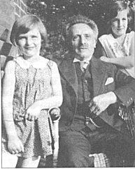 Joseph Feiner mit seinen Enkelkindern